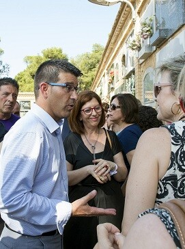 Rodríguez en su visita a un cementerio.