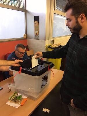 Sergi, vecino de Barcelona, deposita su voto después de cuatro horas de espera. (Fuente propia.)
