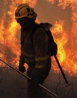 Un bombero lucha contra el fuego.
