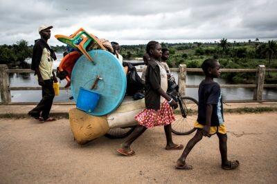 Una familia congoleña huye de la violencia étnica en Kamonia, en la provincia de Kasai. © ACNUR/UNHCR/ John Wessels