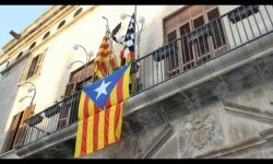 Manifestantes arrancaron la bandera de España del ayuntamiento de Tárrega