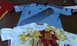 Un ciudadano dona a la Guardia Civil una colección de camisetas de la Selección Española de fútbol