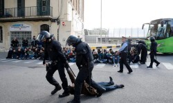 Catalan regional policemen (Mossos d'Esquadra) drag a picketer blocking the street at the North Bus Station in Barcelona on November 8, 2017 as part of a regionwide strike called by a pro-independence union. Protesters blocked roads, highways and train tracks in Catalonia as part of a region-wide strike called by a pro-independence union.   / AFP PHOTO / PAU BARRENA