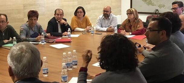 Conxa Garcia con los alcaldes y concejales de la Plana de Utiel-Requena.