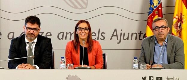 De izquierda a derecha, el diputado Emili Altur, la vicepresidenta Mª Josep Amigó y el diputado Voro Femenía.