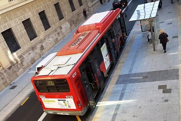 El Ayuntamiento inicia la adaptación de 169 paradas de la EMT con franjas tacto-visuales para facilitar la accesibilidad de personas invidentes
