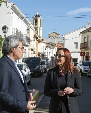 El alcalde de Palmera, Àlvar Català, con la vicepresidenta Maria Josep Amigó durante la visita al municipio.
