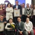 Foto de familia de todos los premiados junto a las autoridades.