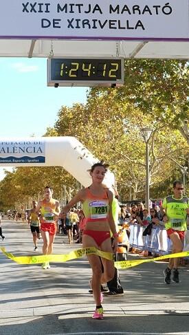 Mª José Cano cruzando la linea de meta.
