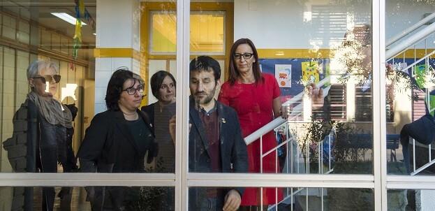 Maria Josep Amigó, Vicent Marzà y Rosella Antolí durante la visita al CEIP Mare de Déu del Pilar de Bonrepòs i Mirambell.