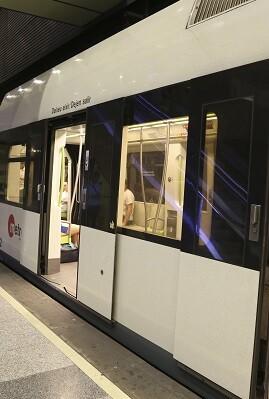 Metro detenido en una estación.