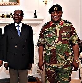 Mugabe junto a un militar en una imagen de archivo.