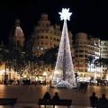 Se inicia la instalación de decoración navideña, que este año incluirá un árbol de navidad transitable por dentro.
