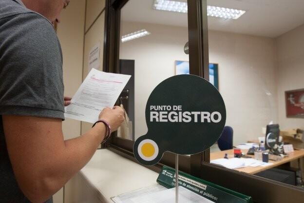 Gente solicitando la Renta de Ciudadania en la consejería de Servicios Sociales DÍAZ URIEL