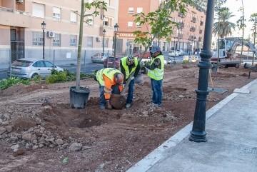 El Ayuntamiento inicia la plantación de árboles y plantas en el Parque Lineal de Benimàmet.