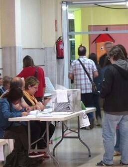Gente votando.