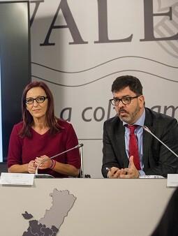 Maria Josep Amigó y Emili Altur durante la presentación de las ayudas.