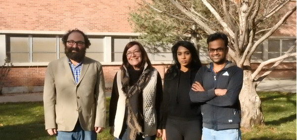 De izquierda a derecha, Álvarez-Ponce, Patricia Berninsone, Asmita Kulkarni y Sateesh Peri, investigadores del estudio / Universidad de Nevada