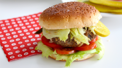 1t1bxm43v4e3_4QMySi1jC0QyCweAYQEwmG_hamburguesa-de-cheddar_landscapeThumbnail_es