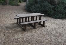 El Ayuntamiento instala 24 mesas de picnic hechas de paja de arroz del Parque Natural de la Albufera y de plásticos de cultivo de la chufa de València.