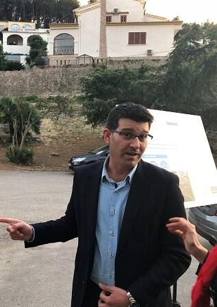 Jorge Rodríguez, durante su visita a la urbanización Monterrey del Real de Gandia.