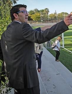 Jorge Rodríguez durante una visita a un campo de fútbol de la comarca.