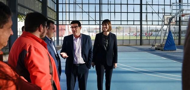 Jorge Rodríguez durante una visita a una instalación deportiva.