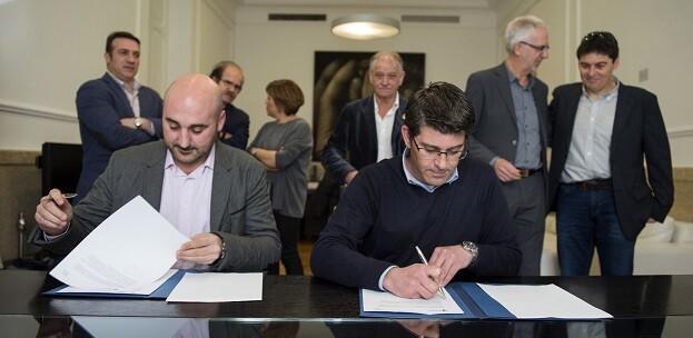 Jorge Rodríguez y el presidente de Redteval, Diego Ibáñez, durante la firma del acuerdo. - copia