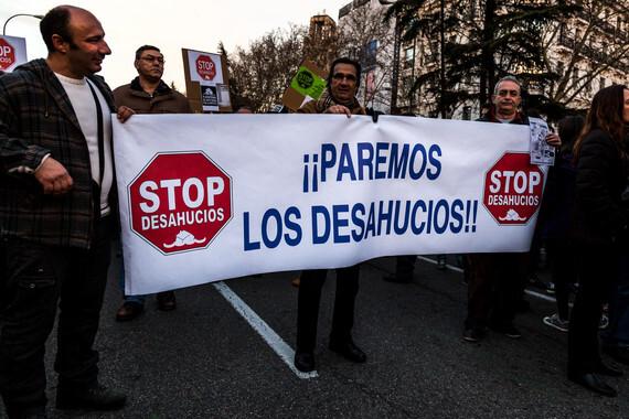 """Manifestación del 16 de febrero de 2013 en Madrid contra los desahucios. La pancarta reza: """"¡¡Paremos los desahucios!!"""""""