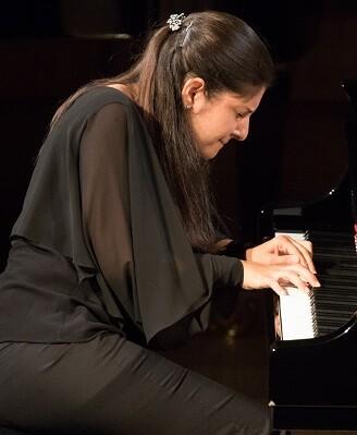 La pianista Fatima Dzusova durante su interpretación en la final del Premio Iturbi.
