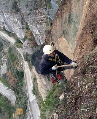 Operario realiza trabajos de instalación en la ladera de Cortes de Pallás.