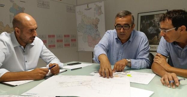 Pablo Seguí junto al diputado de Comarcalización Voro Femenía y el director de Carreteras Javi Piedra durante una reunión.