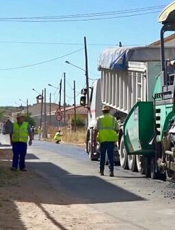 Reparación de carretera en Requena.