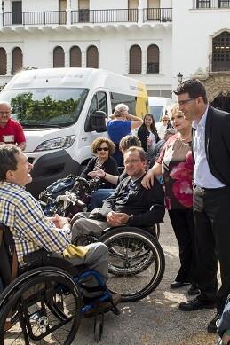 Rodríguez y Berenguer durante la presentación de nuevos vehículos adaptados de la Diputación.