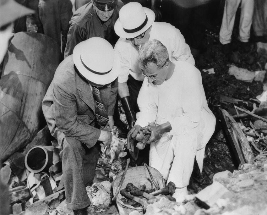"""17 Aug 1938, Cleveland, Ohio, USA --- Detectives examining the bones of two murder victims of the Cleveland Torso Murderer --- Image by © Bettmann/CORBIS Der Mann schlug mit unvorstellbarer Brutalität zu - und wurde deshalb immer wieder mit Jack The Ripper verglichen. 1935 fand die Polizei in der amerikanischen Stadt Cleveland einen Toten, dem der Täter alle Gliedmaßen und den Kopf abgeschnitten hatte. Als weitere nach demselben Muster grausam entstellte Leichen auftauchten, taufte die regionale Presse den mutmaßlichen Serientäter """"Cleveland Torso Murder"""". Auf dem Bild untersuchen Ermittler die Knochen zweier Opfer - drei Jahre nachdem die erste Leiche aufgefunden worden war."""