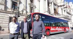 VALENCIA  2018-02-15 L'alcalde de Valncia, Joan Rib—, acompanyat del regidor de Mobilitat Sostenible, Giuseppe Grezzi, presenta els nous autobusos elctrics i h'brids que ha adquirit l'EMT. Porta principal de l'Ajuntament.