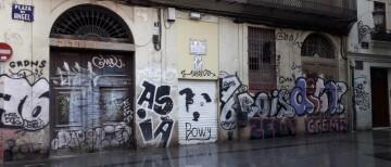 0227 neteja de pintades Plaça de l'Àngel abans