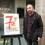 Eloy Pérez rep el premi del concurs de cartells per a difondre la 7ª Lliga d'Improvisació Teatral de Castelló