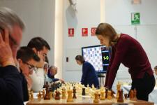 Anna, en primer plano, y Mariya Muzyzhuk, al fondo, durante las partidas simultaneas celebradas en Ontinyent