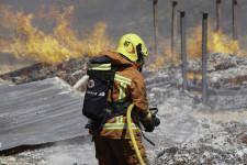 Imagen de una actuación de un bombero en un incendio en Fuente del Jarro