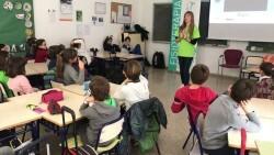 Els escolars aprenen normes de fisioteràpia per a prevenir patologies de l'esquena