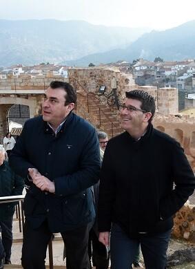 Jorge Rodríguez junto al alcalde de Cofrentes en su visita al castillo de la localidad.