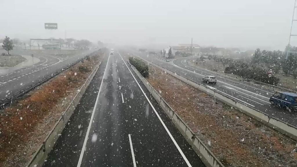 La nieve obliga a suspender clases y devolver a alumnos a sus casas en varias localidades valencianas