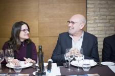 La vicepresidenta del Consell Mónica Oltra con el director del Club Moddos Josep Lozano