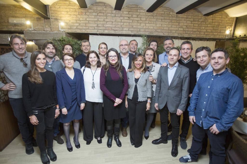 Los empresarios del Club Moddos con la vicepresidenta del Consell