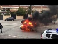 Un coche aparcado se prende fuego y baja una cuesta ardiendo en Cocentaina