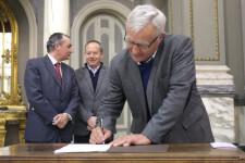 VALENCIA  2018-03-26 L'alcalde de Valncia, Joan Rib—, acompanyat de la regidora de Desenvolupament Econ˜mic, Sandra G—mez, participa en la signatura del VI Pacte per l'Ocupaci— de la ciutat de Valncia. Sal— de Cristall.