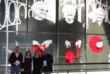 Amador Griñó, Elena Plaza, Maribel Domènech i Rafael Company junt al vitrall 'Dones Valentes'_01