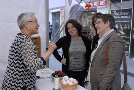 Isabel García y Ana Belén Giner con una artesana de pilota valenciana.