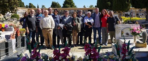 La diputada Rosa Pérez Garijo junto a representantes locales y familiares de las víctimas del franquismo durante el acto celebrado en el cementerio de Paterna. - copia